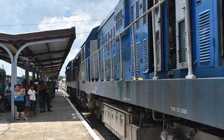 Expertos e Ingenieros cubanos asumen la puesta en marcha del primer lote de nuevos coches ferroviarios de pasajeros para trenes nacionales, que comenzarán a funcionar este verano.