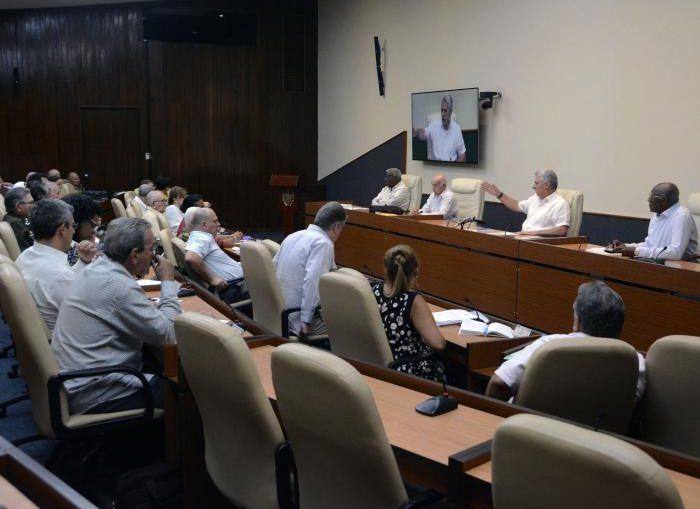 La medida comprende a un 1 470 736 trabajadores de los organismos de la Administración Central del Estado, los órganos locales del Poder Popular y tiene un costo estimado anual de SIETE MIL MILLONES de pesos.