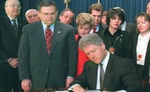 El engendro legislativo fue firmado por la administración demócrata de William Clinton.