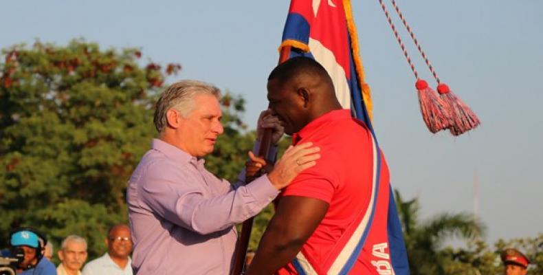 El Presidente cubano, Miguel Díaz-Canel Bermúdez, entregó la bandera enseña patria al luchador Mijaín López, múltiple campeón olímpico y mundial, y embajador de los Juegos.