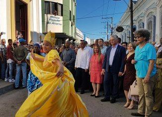 El mandatario cubano presenció cuando Monseñor Arturo González Amador, obispo de la diócesis, bendijo a la urbe y a sus hijos desde la Loma del Carmen, con la reliquia de Santa Clara de Asís, patrona de la ciudad.