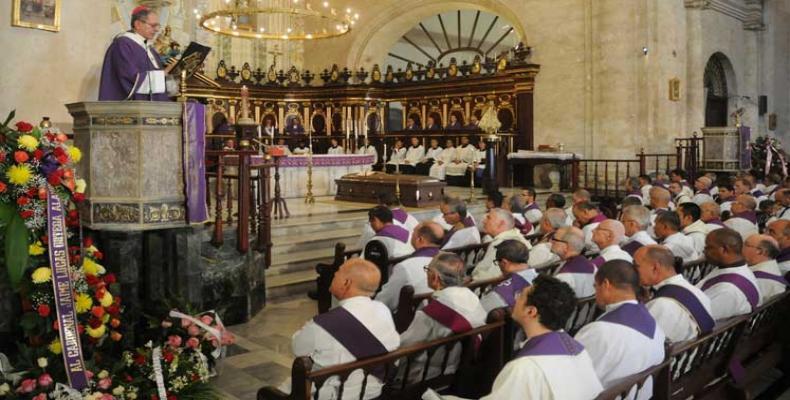 Ofrendas florales del primer secretario del Comité Central del Partido Comunista de Cuba, Raúl Castro, y del presidente Miguel Díaz-Canel adornaron el templo de estilo barroco que cobijó durante tres días los restos mortales del purpurado.