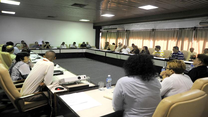 Las comisiones del parlamento cubano debaten temas relacionados con el transporte público y la vivienda, así como las políticas de atención a la dinámica demográfica