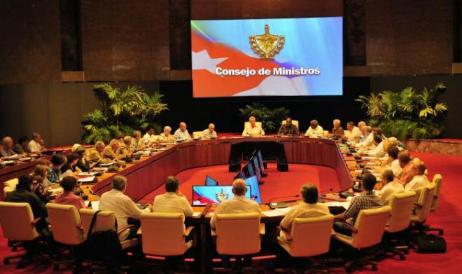 el mandatario cubano destacó la posibilidad de perfeccionar el pluriempleo que actualmente lo realizan en la isla más de 200 mil personas, además de desarrollar la ocupación a distancia.