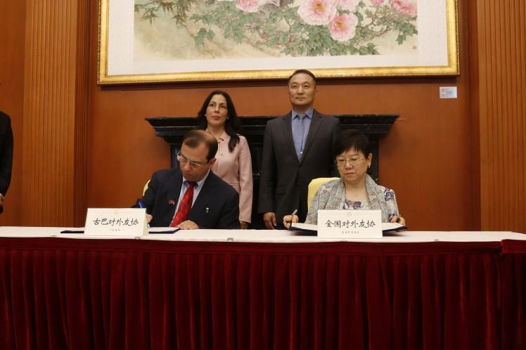El presidente del Instituto Cubano de Amistad con los Pueblos, Fernando González, y la presidenta de la Asociación de Amistad del Pueblo Chino con el Extranjero, Li Xiaolin, firmaron convenios para fortalecer el intercambio entre ambos pueblos.