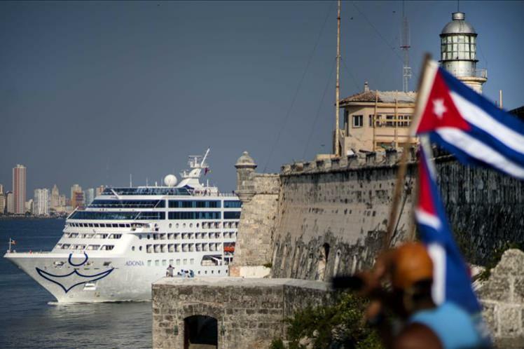 La prohibición decepcionó a miles de ciudadanos estadounidenses que planeaban viajar a la mayor de las Antillas. La medida devalúa las acciones de Carnival en la bolsa de valores.