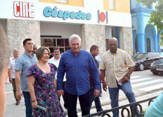 El Jefe de Estado cubano visitó un campo infantil de béisbol y otro de fútbol pertenecientes al Combinado Deportivo Jesús Menéndez. Además recorrió el Complejo Gastronómico Tuxpan.