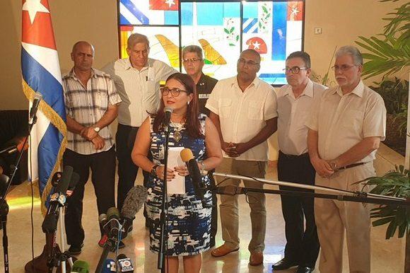 La subdirectora de la Dirección General de EE.UU. de la Cancillería cubana, Johana Tablada, denunció que no hay razón que sustente el cierre de los servicios consulares y la expulsión de los diplomáticos cubanos de Washington.