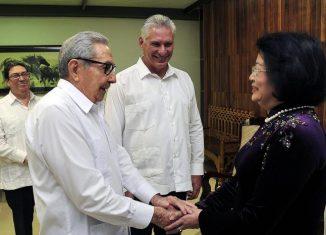 Durante el amistoso encuentro las partes dialogaron sobre los entrañables lazos de hermandad que unen a los dos pueblos, partidos y gobiernos, así como de las respectivas experiencias en la construcción del socialismo.