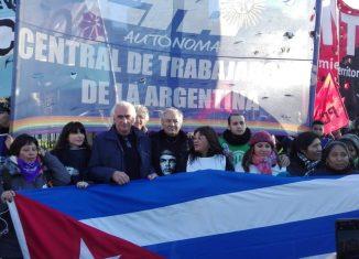 Cientos de argentinos irrumpieron este cuatro de julio en una céntrica calle de Buenos Aires hasta llegar a la embajada de Estados Unidos en una manifestación pacífica en apoyo a Cuba.
