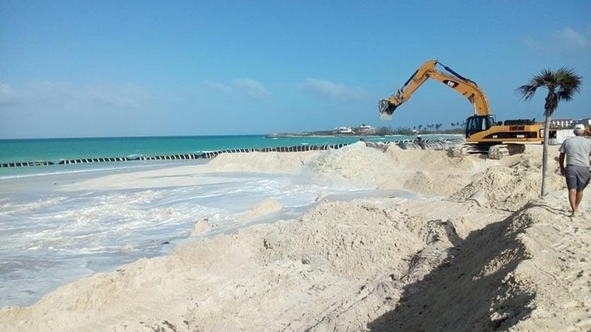 La primera intervención se acomete en la franja de playa que enlaza el hotel Ocean Vista Azul con el Meliá Las Américas, con un estimado de 153 mil metros cúbicos y 25 días de labores en esa zona.