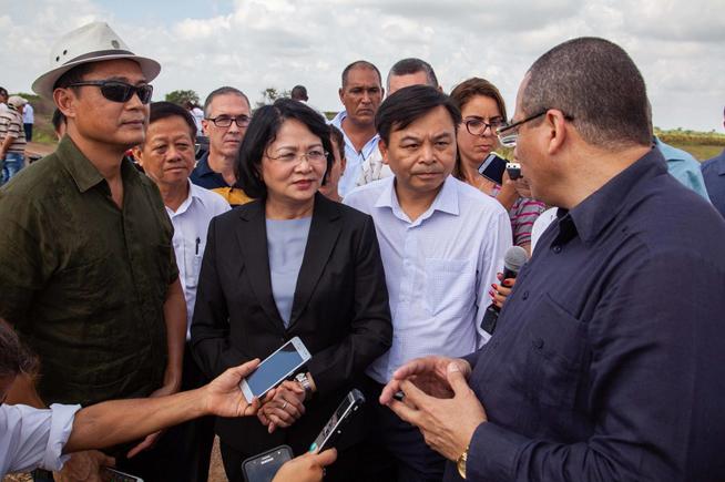 La vicepresidenta de Vietnam Dang Thi Ngoc Thinh, constató los resultados del proyecto de cooperación Vietnam-Cuba para la producción arrocera en áreas de la Empresa Agroindustrial de Granos ¨Los Palacios¨.