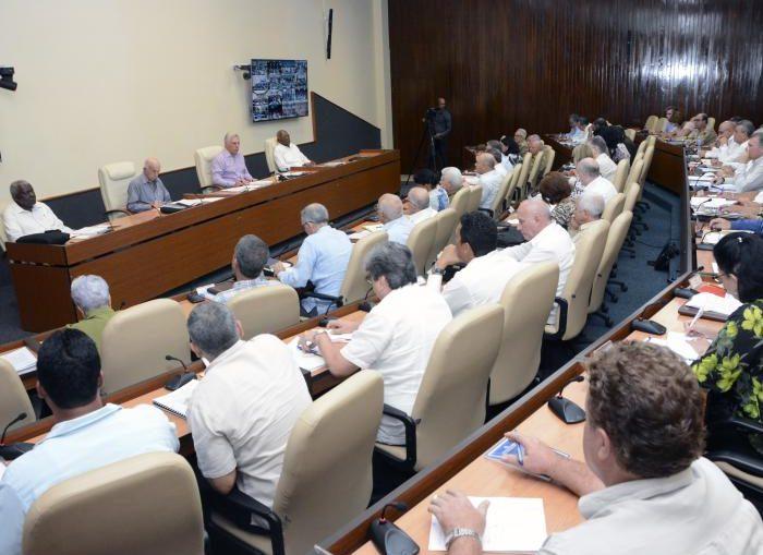Se examinaron las políticas para el perfeccionamiento del sistema de ordenamiento territorial y urbano y para la gestión del suelo; así como el plan especial de ordenamiento del polo turístico de Varadero.