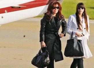 Es el cuarto viaje a la Isla de Cristina Fernández, quien ha denunciado todo lo que ha padecido Florencia Kirchner en los últimos tiempos, acusada de formar parte de una asociación ilícita, hecho que ha quebrado su estado físico.