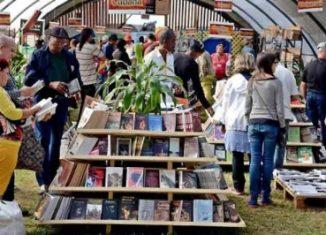 Más de 300 títulos, la historia del carnaval de Oruro, danzas como la saya y los macheteros sobresalen entre las iniciativas que exhibirá el país andino en la mayor de las Antillas.
