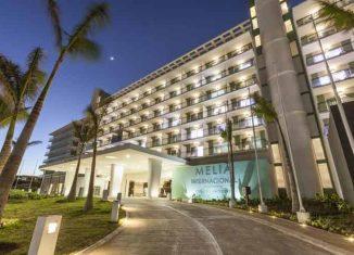 Con un total de 946 habitaciones, la instalación, de categoría cinco estrellas, cuenta con varios restaurantes, cafeterías y piscinas.