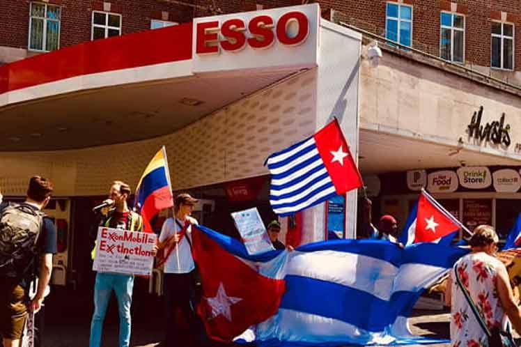 Los manifestantes convocados por el Frente Verde Anticapitalista y el Grupo Revolucionario Comunista desplegaron banderas cubanas y carteles para bloquear por momentos el acceso a los surtidores de combustible.