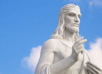 La estatua fue hecha de mármol de Carrara. Tiene unos 20 metros de altura y se eleva 51 metros sobre el nivel del mar, reposa sobre una base de 3 metros en la que su creadora enterró diversos objetos de la época.