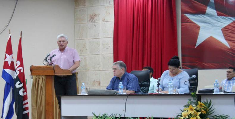 Díaz-Canel destacó la ubicación del personal que no tiene contenido de trabajo en las bases de transporte como inspectores, para apoyar la transportación de pasajeros y la estrategia implementada para mejorar el aprovechamiento de los medios que viajan a La Habana.