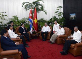 En un ambiente de sincera amistad, dialogaron sobre las especiales relaciones de hermandad entre ambos países y destacaron que esos nexos constituyen un legado imperecedero de los líderes Fidel Castro Ruz y Ho Chi Minh.