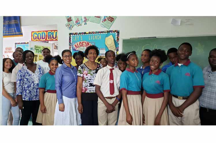Los 55 cooperantes de la mayor de las Antillas en el sector educativo apoyan además en los trabajos en las comunidades junto a la población, en la restauración de cubiertas, ventanas, recogida de escombros y limpieza