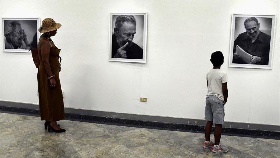 La muestra se compone de 20 fotos de Fidel Castro captadas en el momento en que el hálito de reflexión irradia su rostro en expresiones que pudiéramos considerar familiares, o domésticas, aunque no todas pertenecen a ese ámbito.