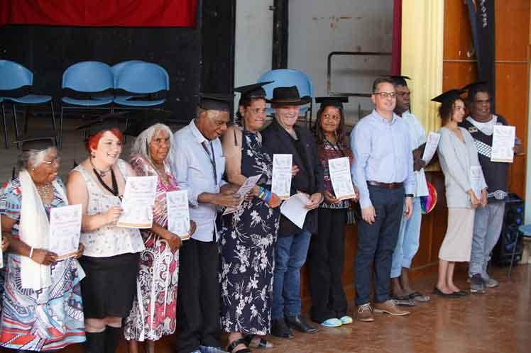 Los nuevos letrados, nativos de la comunidad de Collarenebri, en el noroeste de Nueva Gales del Sur, recibieron los certificados correspondientes en un acto al que asistió el embajador de la mayor de las Antillas, Ariel Lorenzo.