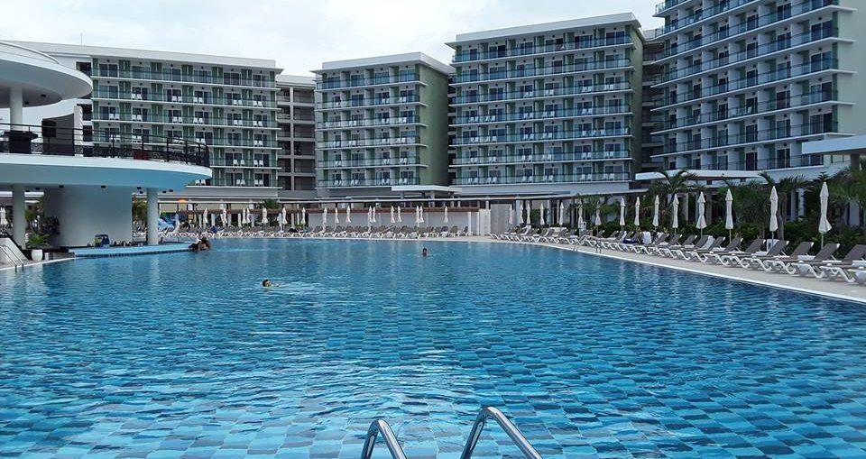 Con un total de 946 habitaciones, la villa de categoría cinco estrellas dispone de varios restaurantes y piscinas, cafeterías, así como de un cabaré, un moderno Centro de Convenciones y el reconocido espacio The Level, diseñado por Meliá para sus establecimientos.