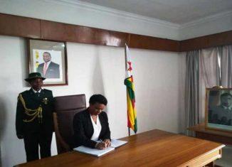 La vicepresidenta de los Consejos de Estado y de Ministros, Inés María Chapman, transmitió las sentidas condolencias del pueblo y gobierno cubanos por el fallecimiento del expresidente Robert Mugabe, padre fundador de Zimbabwe y entrañable amigo de Cuba.