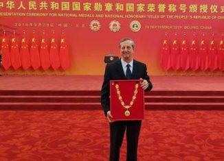 El diplomático recibió la distinción en una ceremonia efectuada en el Gran Palacio del Pueblo de Beijing, donde además fueron reconocidas otras 41 figuras nacionales y extranjeras.