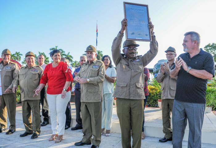 El coronel Salvador Mengana Caballero, jefe de regimiento de aviación de la guardia Playa Girón, Orden Antonio Maceo, recibió el reconocimiento por los 60 años de esa unidad