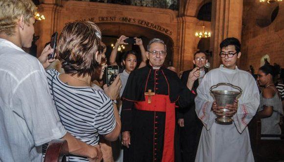 Su eminencia llegó desde Roma en la noche de este miércoles a la Basílica Menor y Santuario Diocesano de Nuestra Señora de la Caridad, para encomendar su nueva misión a la Virgen.