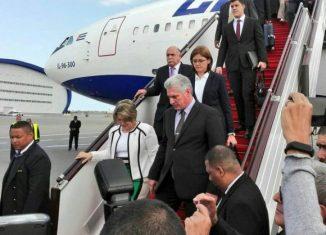 Al pie de la escalerilla del avión lo esperaba el Vice Primer Ministro, Ali Ahmadov, y el canciller cubano Bruno Rodríguez Parrilla.