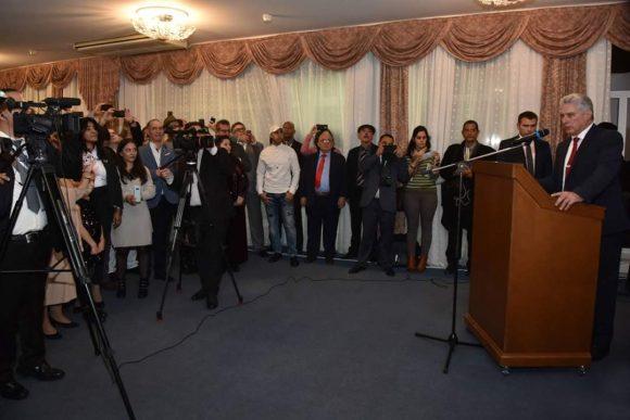 Durante el encuentro,el mandatario destacó las dificultades económicas por las que atraviesa Cuba como efecto del recrudecimiento del cerco económico de EE.UU. contra la isla, sobre todo, en lo referido al suministro de combustible.