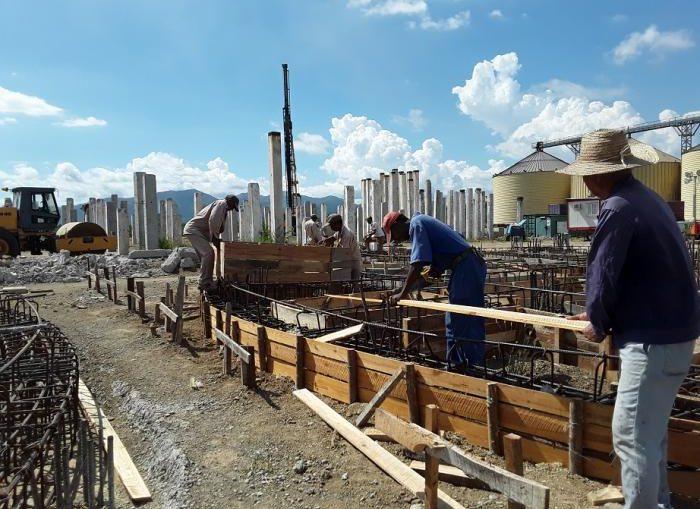 La inversión comprende una automatizada planta industrial, así como tres silos para materia prima, área de caldera, un almacén de productos terminados y las instalaciones socio-administrativas.