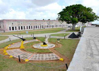 Visible desde el mar, permaneceen forma de corona y a la retaguardia del Castillo de los Tres Reyes del Morro. Erigida entre 1763 y 1774, es la obra cumbre del sistema abaluartado y la mayor de ingeniería militar realizada por España en América.
