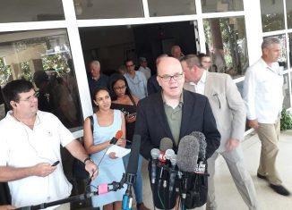 """El político demócrata dijo: """"Nosotros estamos opuestos a las políticas actuales de Estados Unidos hacia Cuba. Queremos que se levante el bloqueo, queremos terminar con las prohibiciones de viaje y queremos poner fin a la Ley Helms Burton""""."""