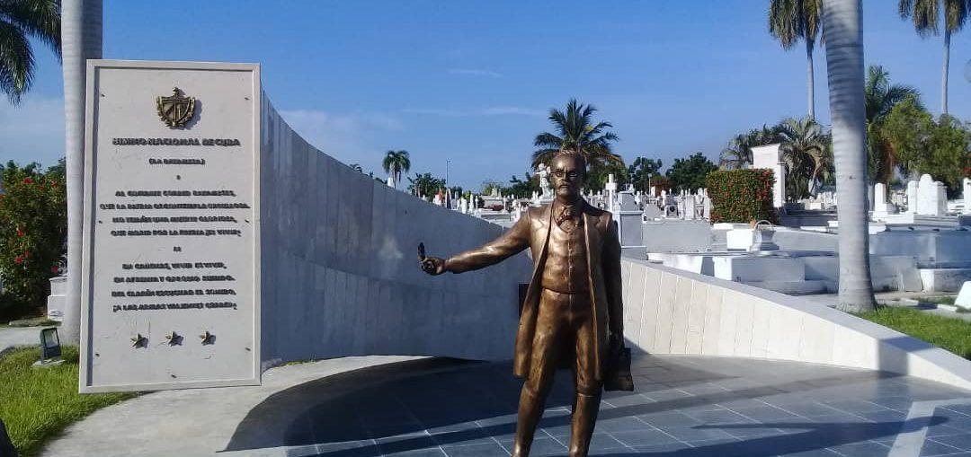 La estatua es obra del escultor Julio César Carmenate y el arquitecto José A. Limonta, cuya propuesta fue seleccionada en un concurso nacional convocado por el Consejo para el Desarrollo de la Escultura Monumentaria y Ambiental.