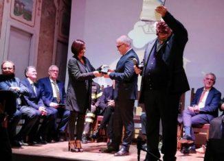 El Embajador de Cuba en Italia, José Carlos Rodríguez Ruiz, por encomienda expresa del homenajeado, fue el encargado de recibir, de manos de la Subsecretaria de Estado para el Desarrollo Económico de Italia, Alessia Morani, el lauro.