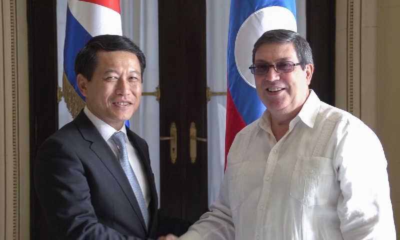 El miembro del buró político del partido comunista de Cuba y ministro de relaciones exteriores de Cuba, Bruno Rodríguez Parrilla recibió a su homólogo de la República Democrática Popular de Laos Saleumxay Kommasith.