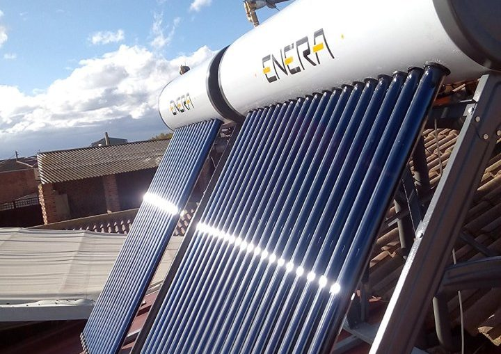 Un equipo que convierte la energía radiante del sol en calor, el cual se utiliza para elevar la temperatura de un recipiente de agua sin consumir gas o electricidad,