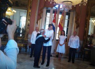 En el Palacio de los Capitanes Generales, el jefe de Estado español, entregó al Museo de la Ciudad el Pendón, tejido a mano, con el escudo de La Habana. Los monarcas recibieron una réplica de la Giraldilla, símbolo de la ciudad.