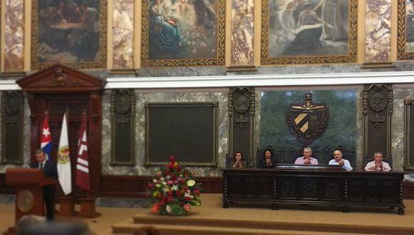 En honor a la efeméride se estimuló a los especialistas de mayor dedicación y resultados en la tarea de conservar y difundir el patrimonio documental de la nación cubana.