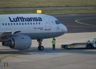 La aeronave, donde viajaron 307 pasajeros, estrena la temporada alta de turismo en la red hotelera de la cayería norte de la provincia cubana de Villa Clara, según divulgó la prensa local.
