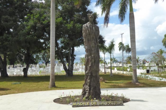 Los restos de Mariana Grajales están en el cementario Santa Ifigenia de Santiago de Cuba, donde recibió este miércoles homenajes de autoridades de esa provincia, y en particular de Rosmery Santiesteban, segunda secretaria de la Federación de Mujeres Cubanas.