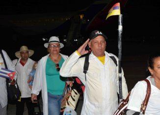 A las 3:00 am aterrizó en el aeropuerto Internacional Antonio Maceo, de Santiago de Cuba, el avión con 173 especialistas vestidos con las propias batas blancas con las que salvaron miles de vidas en zonas intrincadas de Ecuador.