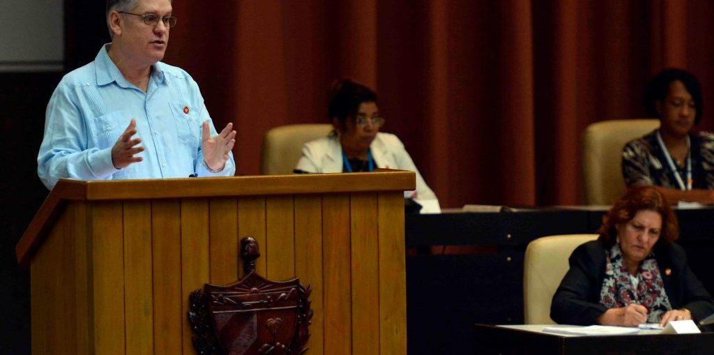 El ministro cubano de Economía, Alejandro Gil, desmintió versiones de prensa sobre un cambio inminente de la tasa del dólar con respecto al peso nacional de uno por 50.