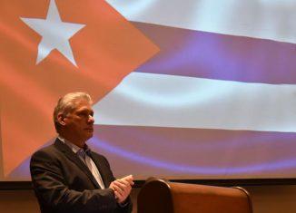 Como una muestra de los estrechos vínculos que mantiene la Isla con los cubanos residentes en el exterior, el presidente mencionó el exitoso programa de becarios para la comunidad cubana en el exterior.
