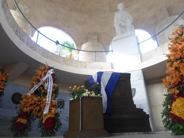 Ofrendas florales a nombre del General de Ejército Raúl Castro Ruz; del Presidente de la República, Miguel Díaz-Canel Bermúdez, y del pueblo de Cuba fueron colocadas en el interior del mausoleo al más universal de los cubanos.
