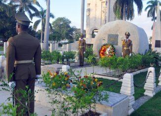 En el acto también se homenajeó al Padre y la Madre de la Patria, Carlos Manuel de Céspedes y Mariana Grajales Cuello; a nuestro Héroe Nacional, I; y a los héroes y mártires de nuestro país que también descansan en el camposanto santiaguero.